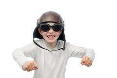 Rödhårig pojke med fräknar, motorcykelexponeringsglas och hjälmen Royaltyfri Bild