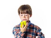 Rödhårig rolig pojke med mobiltelefonen Fotografering för Bildbyråer