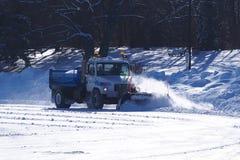 Röjning för snöplog som åker skridskor isbanan Arkivfoton