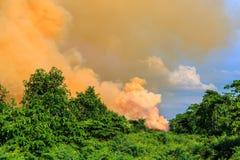 Rök från brandbränning Arkivfoto