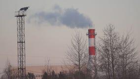 Rök från fabriken arkivfilmer