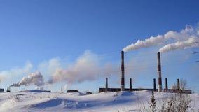 Rök från fabriksröret stock video