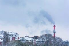 Rök från industriell lampglasstadsbyggnad arkivbild