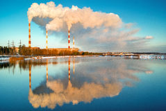 Rök från kol-avfyrad kraftverkecocatastrophe royaltyfria foton
