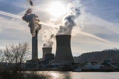 Rök från kol driven kraftverk royaltyfri foto