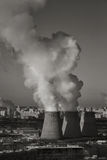 Rök från lampglaset av kraftverket eller stationen industriell liggande Arkivbild