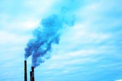 Rök från två industriella lampglas global värme Luftförorening Royaltyfri Foto