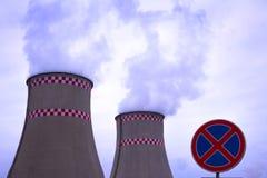 Rök från två industriella lampglas global värme Luftförorening Och vägmärkestoppet förbjudas Royaltyfria Foton