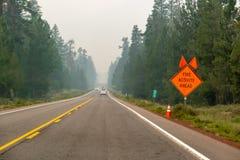 Rök fylld huvudväg arkivbild