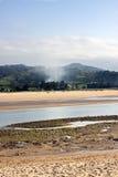 Rök i en bred flodmynning Arkivbilder