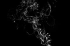 Rök mot en svart bakgrund Arkivfoto