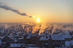 Rök på den frostiga solnedgången royaltyfri fotografi