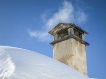 Rök som fördelar från lampglaset på det snöig taket Royaltyfria Bilder