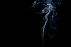Rök som isoleras på svart bakgrund arkivfoto