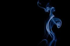 Rök som isoleras på svart bakgrund royaltyfri bild