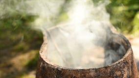 Rök som kommer från den hemlagade pannan arkivfilmer