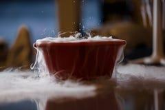Rök som kommer från torr is i vatten Arkivfoton