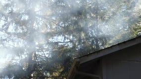 Rök som omger ett hus stock video