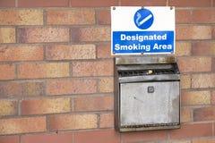Röka den designerade asken för metall för områdes- och väggaskamagasin för cigarett och vaping av dunstområde arkivfoton