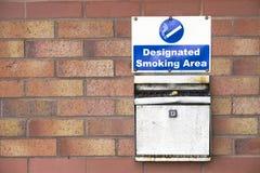 Röka den designerade asken för metall för områdes- och väggaskamagasin för cigarett och vaping av dunstområde arkivbild