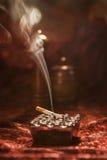 Röka den fastställda cigaretten Royaltyfri Foto