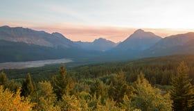 Röka den fyllda solnedgången över lägre två medicin sjö i glaciärnationalpark i Montana USA durng de 2017 nedgångbränderna fotografering för bildbyråer