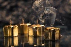 Röka den guld- stearinljuset Royaltyfri Fotografi
