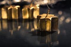 Röka den guld- stearinljuset Arkivfoto