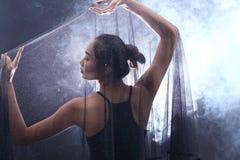 Röka den mörka kanten Tan Skin Asian Woman för svart hår med tätt fluffigt Royaltyfri Fotografi