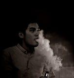 Röka för man för begrepp svartvitt Royaltyfri Foto