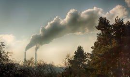 Röka från industriella lampglas mot blåttskyen förorening Royaltyfri Fotografi