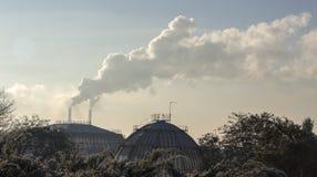 Röka från industriella lampglas mot blåttskyen förorening Royaltyfria Bilder