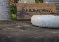 Röka här offentligt begrepp teckenför träwood tobak Royaltyfri Fotografi