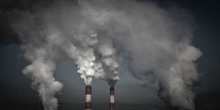 Röka industriella lampglas i mörka moln Begrepp för miljöskydd Royaltyfria Bilder