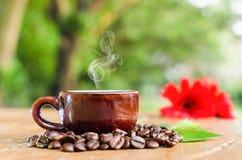 Röka kaffe i en råna Arkivbilder