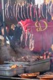 Röka korvar och grillat kött arkivfoton