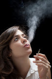 Röka kvinnan Royaltyfria Foton