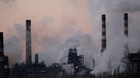 Röka lampglas av en fabrik i industriområdet av staden stock video