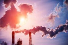 Röka lampglas av en kol avfyrad kraftverk arkivbild
