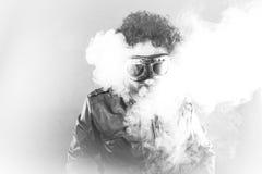 Röka mannen med svarta former, studiostående Arkivfoton