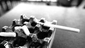 Röka och askfat som är inga - röka, fara för liv arkivfilmer