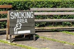 Röka områdestecknet på det wood brädet Royaltyfri Bild