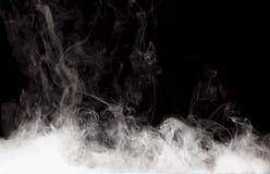 Röka på den svarta bakgrunden på den svarta bakgrunden Arkivfoton