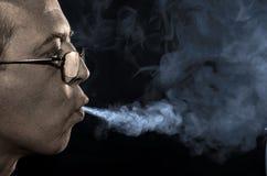 Röka personen Fotografering för Bildbyråer
