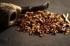 Röka rör en D-tobak royaltyfria bilder