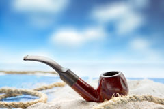 Röka röret på stranden Arkivbilder
