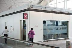 Röka rum i den Hong Kong flygplatsen Arkivbilder