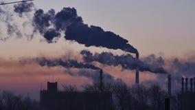 Rökande fabrikslampglas Miljö- problem av förorening av miljön och luft i stora städer Sikt av den stora växten stock video