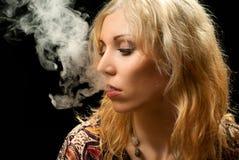 rökande kvinna Fotografering för Bildbyråer