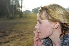rökande kvinna för cigarett Arkivbilder
